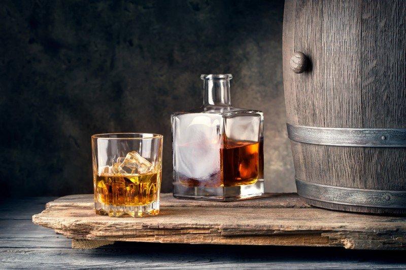 media/image/Glas-Whisky-mit-Flasche-undKFGhaDPVHkxzm.jpg