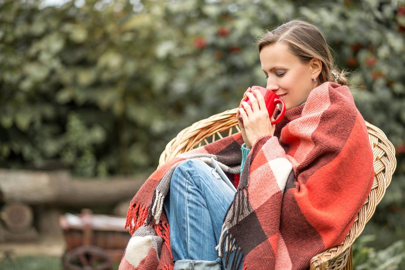 Frau-trinkt-Tee-Herbst
